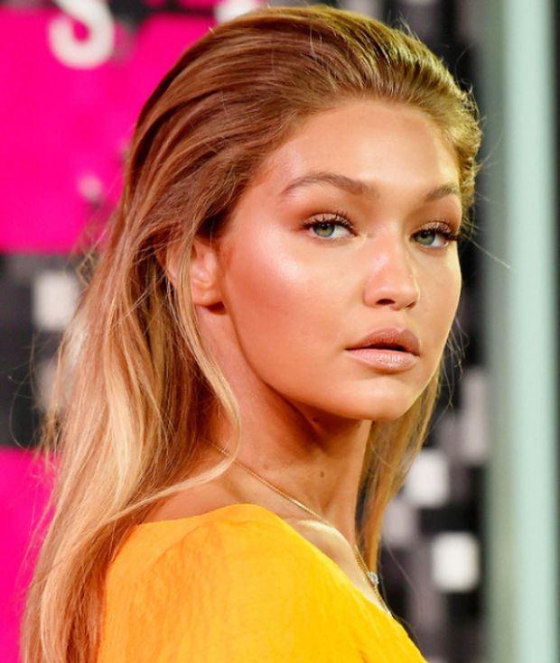 Sarı Tonlar  Kirli sarılar, platinler ve sıcak tonlu sarılar 2016 yılında da oldukça popüler olacak. Gigi Hadid, Suki Waterhouse, Jennifer Lawrence sarının büyüsünden asla vazgeçmeyen ünlülerden. 2016'da da kadınlar ünlülerin sarı saçlarından ilham almaya devam edecek. 2016 sarının tonlarını denemek isteyenler için büyük bir fırsat.