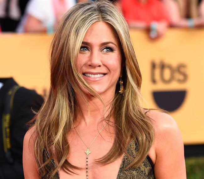 Bronz ve Altın Renkleri  Jennifer Aniston, Sophia Vergara gibi ünlü isimlerin kullandığı bronz ve altın gölgeler, 2016 yılında size daha aydınlık bir görünüm kazandırabilir. Saçlarınızda bu gölgeleri denemek istiyorsanız adım adım saç renginizi değiştirmenizi öneririz. Böylece hem saçlarınızın yıpranmasını önlersiniz hem de kötü bir sonuçla karşılaşma ihtimalini düşürebilirsiniz.