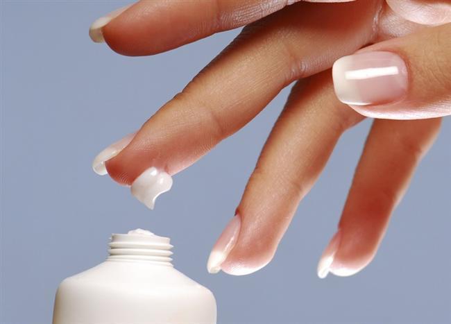 Ellerinize sürdüğünüz nemlendirici kremleri tırnaklarınıza uygulamayı ihmal etmeyin. Tabii bunun için kullanılan el kremi de oldukça önemlidir. İçerisinde gliserin veya zeytinyağı olması tırnaklarınızın da daha sağlıklı uzamasını sağlayacaktır.