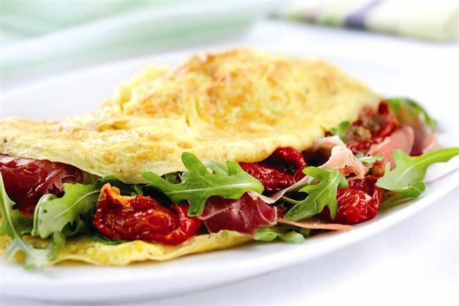 5. Gün Menüsü  Sabah Kahvaltısı  * Meyve salatası * Ceviz içi ( 3 tane ) * Kivi ( 1 tane ) * Ananas ( 2 dilim ) * Toz tarçın ( 1 çay kaşığı ) * Süt ( 1 bardak yarım yağlı )  Ara Öğün  * Bitki çayı ( 1 fincan ) * Grisini ( 2 tane )  Öğle Yemeği  * Omlet ( 1 yumurta sarısı – 3 yumurta beyazı ) * İçinde maydanoz, dereotu, sivribiber ve ıspanak olabilir. * Salata ( bol yeşillikli ) Ara Öğün  * Rezene çayı ( 1 fincan ) * Elma ( 1 tane yeşil )  1 Saat Sonra  * Yağsız yoğurt ( 3 yemek kaşığı ) * Keten tohumu ( 1 tatlı kaşığı )  Akşam Yemeği  * Sebze çorbası ( enginarlı 1 kase )  Gece  * Armut ( 1 tane )