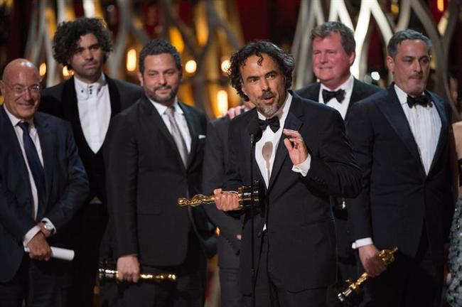 EN İYİ YÖNETMEN  Alejandro G Inarritu, 2007 yılında 'Babil' filmiyle 'En İyi Yönetmen' ve 'En İyi Film' dalında aday gösterilmiş; ancak heykelciği ancak geçtiğimiz yıl 'Birdman' filmiyle kazanabilmişti. Bu sene de 'Diriliş' (The Revenant) filmiyle aynı kategoride aday oldu. * Adam Mckay - Büyük Açık (The Big Short) * George Miller - Mad Max: Öfkeli Yollar (Mad Max: Fury Road) * Alejandro G Inarritu - Diriliş (The Revenant) * Lenny Abrahamson - Gizli Dünya (Room) * Tom McCarthy - Spotlight
