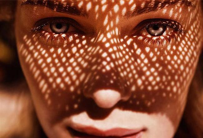 Güneşten kaçınmaya özen gösterin. Güneş ışınları ciltteki kolajen ve elastik yapının bozulmasına yol açtığından yüzünüze zarar vermektedir. Bu nedenle düzenli olarak güneş koruyucu krem kullanın ve güneş gözlüğü ile korunun.