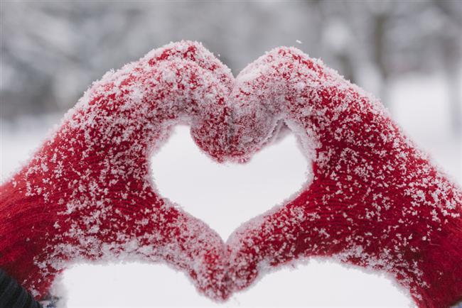 Kat kat giyinmeyin  Çok kalın giyinmek, lahana gibi elbiselerin üst üste giyinmesi, kış mevsiminde sıkça yapılan hatalardan biri. Kat kat giyinmek elbiseler arasında kalan hava da izolasyon görevi görüyor. Bunun sonucunda da erken dönemde terleme, soğuma ve üşümeyle sonlanıyor. Soğuk havalarda terletmeyen sentetik içlik üzerine ısıyı koruyacak yünlü bir elbise ve en dışa su geçirmez kaban ise önerilen giyinme şeklini oluşturuyor. Pamuklu iç giyim teri emeceği için önerilmiyor.