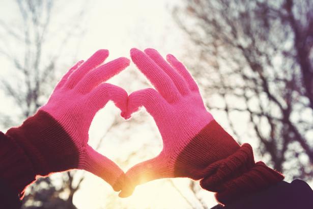 Kalp hastalarının dikkatli olmaları gerektiği noktalardan biri de, soğuklardan korunmak. Çünkü ani sıcaklık değişimleri ve soğuk hava; kalp yetersizliği, ritim bozuklukları ile kalp krizini tetikleyebiliyor.   Acıbadem Üniversitesi Atakent Hastanesi Kardiyoloji Uzmanı Doç. Dr. Ahmet Karabulut, soğuk havalarda kalbinizi koruyan 10 yaşamsal öneme sahip öneride bulundu! Bunlardan biri de kat kay giyinmemek!