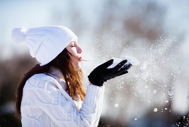 Başınızı bere ile koruyun  Vücuttaki ısı kaybının yarıya yakını baş bölgesinden gerçekleşiyor. Soğuğa karşı başın korunmaması vücudu soğuğun zararlı etkilerine maruz bırakıyor. Soğuk havada kan koyulaşıyor ve pıhtıya eğilim artıyor. Vücut damarlarındaki büzüşme ve tetikleyici sempatik aktivasyon sonucu da tansiyonda artış oluyor. Kalp vücut sıcaklığını sabit tutmak için daha çok çalışıyor. Kalbin üzerindeki yükün artması nedeniyle de kalp yetersizliği hastalarında durum kötüleşebiliyor, damar hastalığı olanlarda göğüs ağrıları tetiklenebiliyor. Bu nedenle soğuk havaya çıkarken bere ile kafanızı korumayı asla ihmal etmeyin. Ayrıca rüzgar, yağmur ve kar yağışı soğuğu daha belirgin hissettirdiği için böyle havalarda ek tedbir almaya özen gösterin. Örneğin yağmurluk veya şemsiye kullanımı vücuttaki ısı kaybını azaltacaktır.