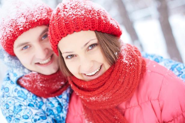 Ağız ve burnunuzu atkıyla kapatın  Soğuk havada en çok yapılan hatalardan biri, soğuğa karşı kat kat elbise giyerken, ağız ve burnun korunmasız bırakılması oluyor. Özellikle sıfır derecenin altındaki havanın uzun süre solunması havayollarında daralma ve vücut ısısında farkına varılmayan düşmeye yol açarak nefes darlığı ile ritim bozukluklarını tetikleyebiliyor. Bu nedenle soğuk havada uzun süre yürümeniz gerekiyorsa soluyacağınız havayı ısıtması ve vücudunuzu soğuktan koruması için ağız ile burnunuzu kapatacak bir atkı veya maske kullanın.