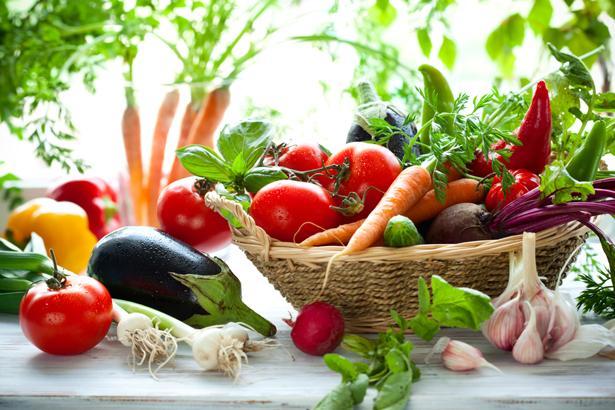 Semt pazarlarına gidin   Günlük en az 5 porsiyon taze sebze ve meyve tüketimi hem damarları koruyor, hem de enfeksiyonlara karşı vücut direncini arttırıyor. Kalp sağlınızı korumak için semt pazarlarına gidin. En taze ve organik sebze ve meyveyi semt pazarlarında bulabilme imkanının yanında yapacağınız yürüyüş sayesinde günlük adım sayınızı arttırarak sağlığınıza katkı sağlamış olursunuz.