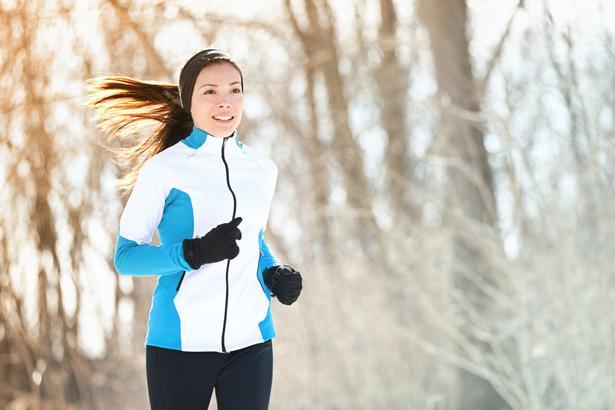 Egzersiz alışkanlığınızdan vazgeçmeyin   Özellikle bahar ve yaz döneminde daha düzenli olarak yapılan egzersizler havanın soğumasıyla birlikte sıklıkla ihmal edilip, bırakılıyor. Oysa her gün düzenli yapılan egzersizin faydalı etkileri saymakla bitmiyor. Kan basıncında düşme, ritimde düzelme, kiloda azalma, nefesin açılması, şeker hastalığı riskinin azalması, vücut direncinin artması ve en önemlisi damar sağlığında düzelmeyle birlikte kalp krizi riskinin azalması, düzenli yapılan egzersizin olumlu etkilerinden sadece bazılarını oluşturuyor. Böylesine yaşamsal öneme sahip faydaları nedeniyle kış mevsiminde de düzenli egzersiz alışkanlığınızdan vazgeçmeyin.