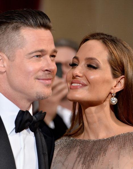 Angelina dünyanın en tatlı ve çekici erkeğinin hemen yanı başında olduğunun her daim farkında.