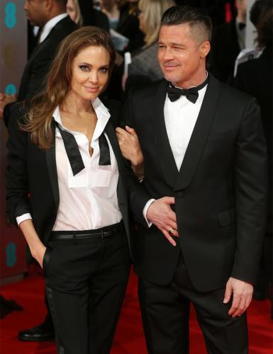 """Angelina Jolie """"sahiplenici kadın tutuşu"""" dediğimiz şeyi sık sık yapmayı ihmal etmiyor."""
