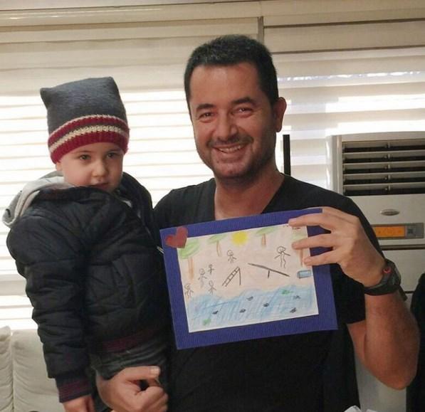 Acun Ilıcı  Minik Mehmet Akif bana hediye getirmiş, Survivor resmi :)