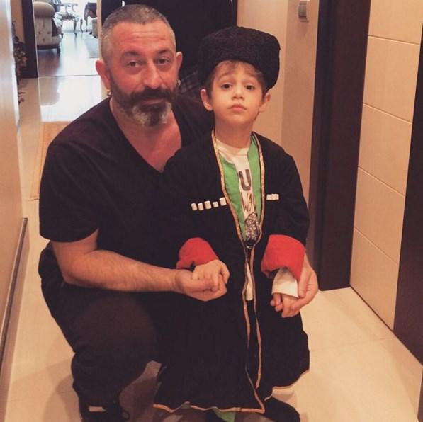 Cem Yılmaz  36 sene önce müsamerede giydiğim Kafkas kostümüm,Oğlum Kemal'in üzerinde ! Duygulandım:)