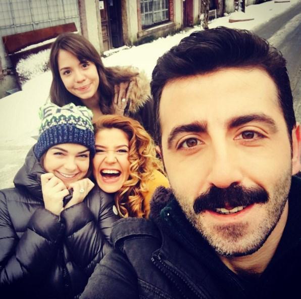 Pelin Karahan  Üşüyor muyuz? Hem de çok☃❄️☺️ ama yine de mutluyuz 🙏🏻🎬 kar kış demeden çekimlere devam @selendomac @cansukurgun @fatihkoyunolu @yeterdizisitv
