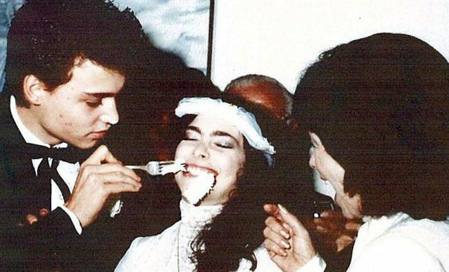 Johnny Depp henüz 20 yaşındayken makyaj sanatçısı Lori Anne Allison ile evlendi...