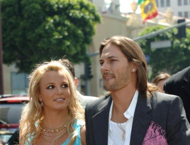 Bir iddia da olaylı şekilde boşanan Britney Spears ve Kevin Federline evliliğinden.... Suçlanan taraf ise hep Federline oluyor. Özellikle de boşanma ve çocukların velayetini alma sürecinde Spears'ın yaşadığı ruhsal çöküntü nedeniyle eleştiri oklarını üzerinde topluyor Federline.