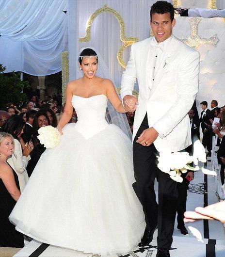 Bir açıdan kulağa komik gelen bu iddialara göre Kardashian, düğünün TV'de yayınlanması için kazanacağı 20 milyon dolar ve bazı ek kazançlar için Humphries ile evlendi. Zaten bu evlilik çok da uzun sürmedi.