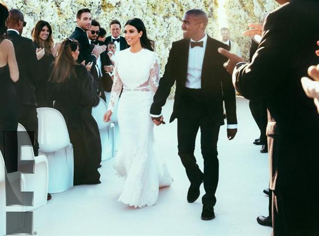 """Kardashian'ın Kanye West ile evliliğini de """"ekonomik sebeplere"""" bağlayanlar çoğunlukta. Onların iddiasına göre West, Kris Humphries'ten çok daha zengin ve Kardashian eğer boşanırsa ondan yüklü bir tazminat ve çocuk desteği de alacak.   Kim Kardashian kadar zengin bir kadının neden böyle bir şeye gerek duyacağı ise açıklanamayan tek konu."""