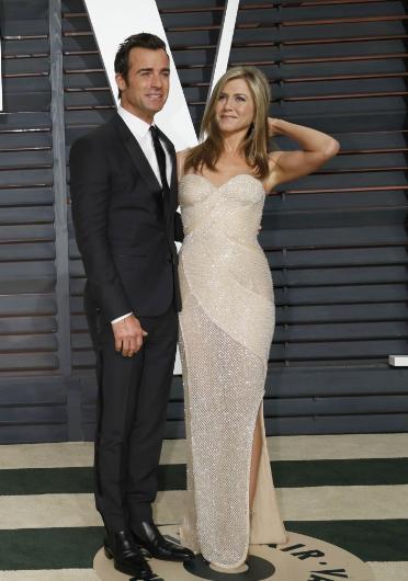"""Eğer """"erkek tarafı"""" daha az ünlü ve zengin ise onun için söylenen ilk cümle: """"O kadınla parası ve şöhreti için evlendi"""" oluyor. Bu iddialar Jennifer Aniston ile çiçeği burnunda kocası Justin Theroux için de ortaya atıldı."""