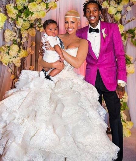 """Khalifa'dan bir çocuk dünyaya getirdi, sonra da evlendi. Ama evlilik uzun sürmedi. Yine de Amber Rose'un bu evlilikten kazançlı çıktığını düşünenler var. Hem """"Kanye West'in eski sevgilisi"""" imajını sildi, hem adını daha çok duyurdu hem de eski eşi Khalifa'dan hatırı sayılır miktarda bir mali destek almayı başardı."""