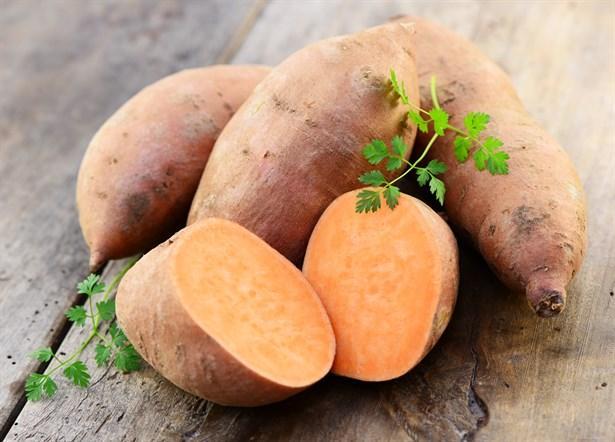 Tatlı patates  Havuç gibi antioksidan beta-karoten içerir. Ayrıca tatlı patates de yaşlanma sürecini yavaşlatan ve bazı kanserlerin riskini düşüren A vitamini içerir.