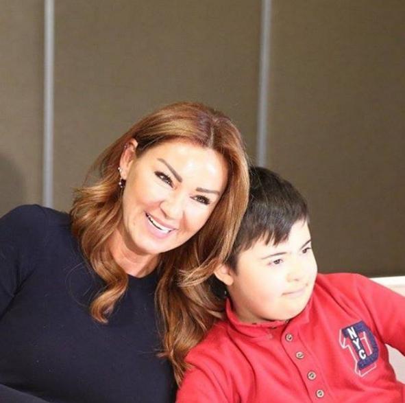 Pınar Altuğ  Gunun ilk tbt si cok degil gecen haftadan☺️☺️ Ardayla tanistigimizda benimle beraber poz vermek istedi