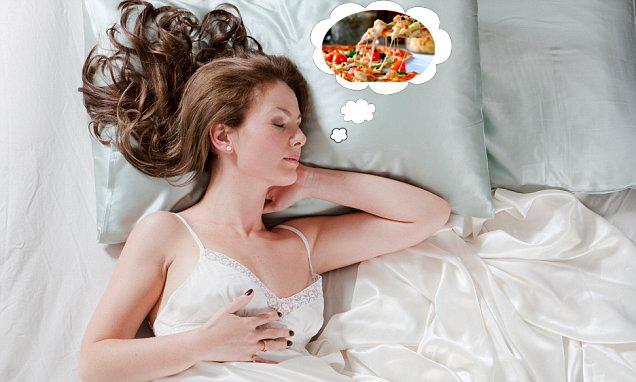Yatağa aç girmek kan şekerini düşüreceği için derin bir uyku çekebilme ihtimaliniz azalıyor. Bu da başrolünde dumanları tüten bir dilim pizza ya da bol soslu bir hamburgerin yer aldığı rüyalarını daha net hatırlayabilmenize yol açıyor. Dr.Ware'in açıklamalarına göre anoreksik hastaların hemen hemen hepsi rüyalarında yemek görüyorlar.