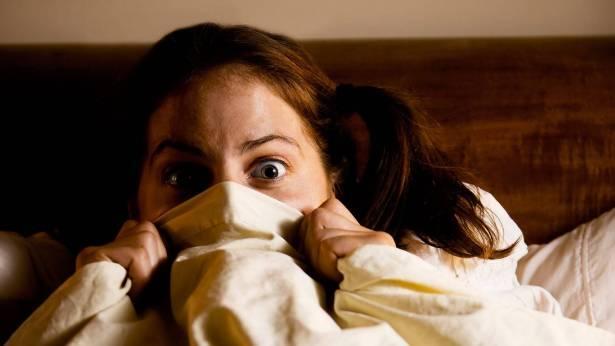 Annenin geceleri korku filmi izlemene kızmasının belki de bir sebebi vardır… Dr. Barret'in dediğine göre, yatağa girmeden önce yaptığınız son şey rüyalarınızı etkiliyor. İster izlediğiniz film, ister okuduğunuz kitap, ister eşinizle yaptığınız konuşma…