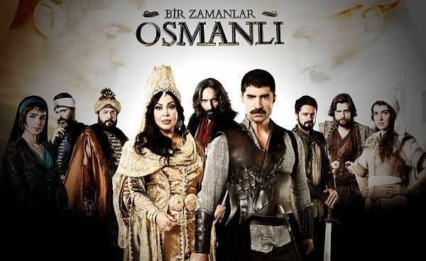 Bir Zamanlar Osmanlı - IMDb 7.2  1711 yılında Osmanlı İmparatorluğu, Rusya İmparatorluğunu yenmiş fakat ardından duraklama dönemine girmiştir. Hikâye Patrona Halil'in kardeşinin padişahın emri ile asılmasıyla başlıyor. Dönemde Osmanlı savaştan uzaklaşmış ve daha çok lale bahçelerinde eğlenceler düzenlemektedir. Bu duruma karşı çıkan Yeniçeri ocağı ve bazı padişah karşıtı çeteler örgütlenmeye çalışsalarda bir isyana cesaret edememişlerdir. Fakat Patrona Halil kardeşinin ölümüne çok içerlemiş ve padişah'ın tahtan indirilmesi için halkı galeyana getirme planları yapmaktadır. İç ve dış tehditler de etkinlik kazanma peşindedir. Padişaha ve Osmanlı'ya karşı kurulan komplonun farkına varanlar olur. Ama bazı şeyler için her şey çok geçtir.