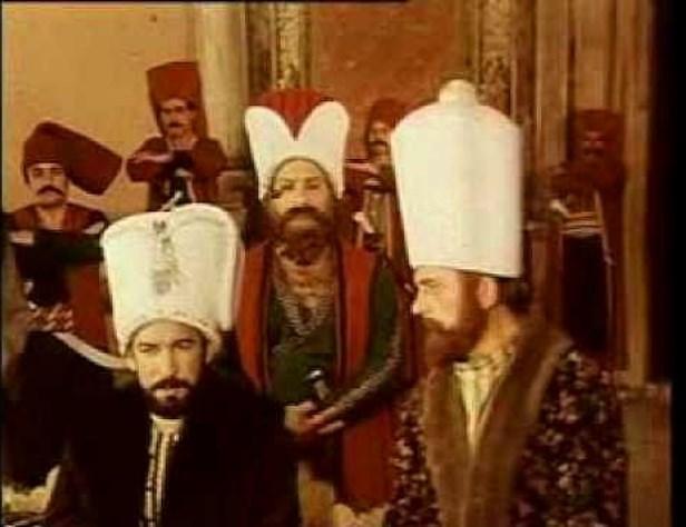 IV. Murad - IMDb 8.1  Sultan Murat, ağabeyi Genç Osman'ın tahttan indirilip öldürülmesinden sonra çok küçük yaşta padişah olmuştur. Bu nedenle de annesi Kösem Sultan'ın gölgesinde hüküm sürmektedir. Ülke tam bir kargaşa içindedir. Askerler ayaklanarak Topkapı Sarayı'na saldırırlar. Bu arada Sultan'dan bazı devlet adamlarının idamı istenir. Sultan Murat idamlara karşı direnirse de Hafız Ahmed Paşa'nın öldürülmesiyle Recep Paşa'yı sadrazam yapmak zorunda kalır. Buna rağmen bir daha kargaşanın çıkmasına göz yummayacağına dair and içer.