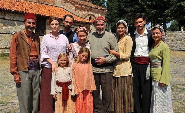 Elveda Rumeli - IMDb 7.7  1896-1897-1898-1907 yıllarında geçen ve dramatik bir kurgusu olan öyküyü anlatan dizi filmi. Dizinin oyuncu kadrosu ve teknik ekibinde Türk ve Makedonlar yer aldı. Dizi, Makedonya'da Manastır dolaylarında çekildi.