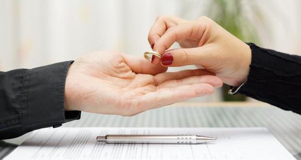 2001 senesinde evindeki kuşlar sayesinde bir kadın eşinin onu aldattığını öğrendi ve boşanma kararı aldı.