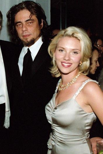 """Bu olayın kahramanları ise Scarlett Johansson ve Benicio Del Toro. O dönemde Johansson'un 19, Del Toro'nun ise 37 yaşında olduğunu hatırlatıp asıl olaya geçelim. Aslında 2004 yılından bu yana her fırsatta anlatılan bir """"efsane"""" haline dönüştü bu olay. İkili, aynı gece yapılan Oscar partisinden sonra Los Angelestaki ünlü Chateau Marmont otelinin asansörlerinden birinde yakınlaşmış."""
