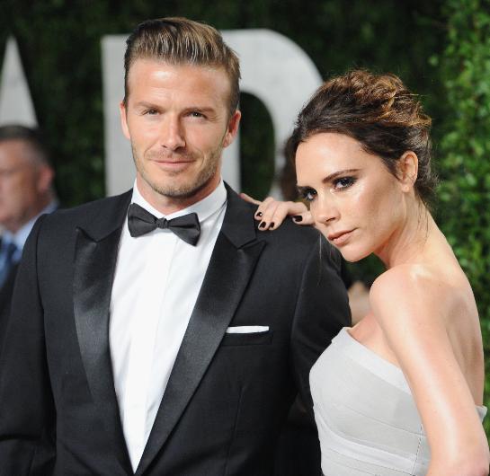 """Ancak Victoria Beckham bunlara açıklık getirdi: """"Muhteşem bir ailem, sağlıklı ve mutlu çocuklarım olduğu için kendimi şanslı hissediyorum. Evet, işlerimiz gereği sık sık seyahat ettiğimiz için ayrı kalıyoruz. Ama birbirimize ayıracak vakit buluyoruz. Biz güçlü bir aile ve iyi birer partneriz"""" diyerek bu söylentilere yanıt verdi Beckham."""