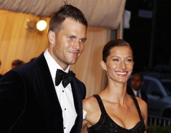 """Son dönemde boşanacaklarına ilişkin söylentiler çıkan ünlü çiftlerden biri de Gisele Bundchen ve Tom Brady,  Geçen yılın son döneminde de çiftin artık yolun sonuna geldiği ileri sürülmüştü. Hatta bunun için """"Brady karısıyla ilgilenmiyor. Sallantıda olan kariyerine odaklandı, Gisele'in yüzüne bakmıyor"""" iddiaları da gerekçe olarak gösterildi."""