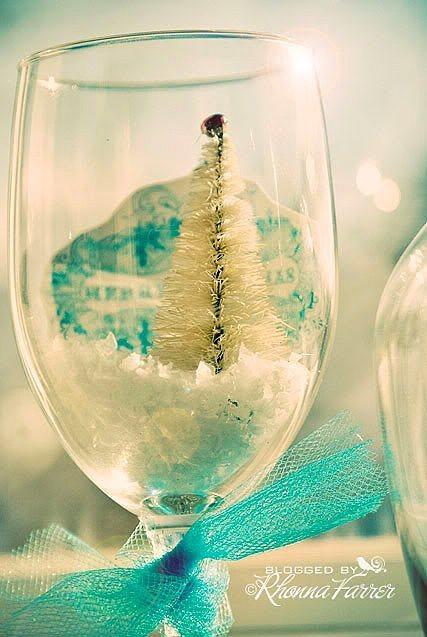 Bir kadehi dekor ürünü olarak kışa hazırlayabilirsiniz...  Kadehlerin içine biraz kar spreyi sıkıp minik bir çam ağacı koyarak süsleyebilirsiniz. Mevsimler değiştikçe bardakların dekorunu ona göre değiştirebilirsiniz.
