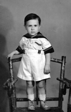"""BARIŞ MANÇO (1943 - 1999) BÜTÜN 'ADAM OLACAK ÇOCUKLAR' ADINA...  Kim bilir kaç nesil onunla büyüdü... """"7 den 77 ye"""" programıyla bizleri """"Ekvator'dan Kutuplar'a"""" yerküre üzerinde 150 değişik ülkede gezdirdi. Gülpembe, Kol Düğmeleri gibi şarkılarıyla hüzünlendi. 'Baba Bizi Eversene' isimli bir filmde(Manço'nun hayatı boyunca oynadığı tek filmi) başrolde olan Manço'nun Arkadaşım Eşek, Bugün Bayram gibi şarkıları hiç unutulmadı. Bugün Türkiye'de popüler müzik tarihine adını altın harflerle yazdıran Barış Manço aramızdan ayrılalı tam 17 yıl oldu. Bütün 'Adam Olacak Çocuklar' bugün onu kendi şarkılarıyla anıyor. Biz de müzik tarihimizin bu efsane yıldızını anmak istedik."""