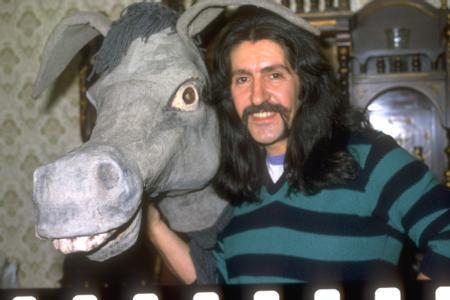 """1981'de çıkardığı Sözüm Meclisten Dışarı adlı albümündeki Dönence isimli şarkısı, en başarılı Türk psychedelic rock olarak kabul görür. 2025'teki elektronik denemelerinin yanında Gülpembe gibi hit şarkılara da imza attı. Bu dönemde Yurtdışında birçok TV programına konuk olarak katıldı, birçok ülkede konserler verdi. 82 sonunda, Almanya'da düzenlenecek 1983 Eurovision Şarkı Yarışması'nın TRT tarafından yapılan Türkiye elemelerine Kazma adlı şarkısıyla katıldı. Barış Manço favori olarak gösterilse de jüri tarafından ön elemede elendi ve """"Aslında benim jürim elli milyondur. Esas kararı onlar verecektir. Döneceğim ve parçayı plak yapacağım. O zaman her şey ortaya çıkacak"""" açıklamasını yaptı.Yarışma sonrası 1983 başında Almanya'da Kurtalan Ekspres ile verdiği iki konserin ardından Berlin'deki bir gazino olan """"Türkische Bazar"""" ile iki yıllık anlaşma imzaladı."""