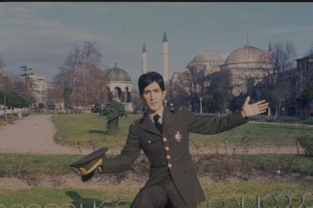 Aile kökenleri İstanbul'un fethinden sonra Konya'dan Selanik'e göç etmiş ve savaş yıllarındaki zorluklar nedeniyle I. Dünya Savaşı sırasında İstanbul'a göç etmişti. Üç yaşındayken anne babasının ayrılığından sonra Barış Manço, babası ile yaşamaya başladı. Babasıyla birlikte sık ev değiştirdi ve Cihangir'de, Üsküdar'da, Kadıköy'de ve kısa bir süre için Ankara'da yaşadı. İlkokula abisi Savaş ve ailenin en küçük ferdi olan kız kardeşi İnci'nin de okuduğu Kadıköy Gazi Mustafa Kemal İlkokulu'nda başladı. 4. sınıfı Ankara Maarif Koleji'nde okudu ve ilkokulu Kadıköy'deki başladığı okulda tamamladı. Yatılı olarak Galatasaray Lisesi'nin orta bölümüne devam etti. 1957'de amatör olarak müzikle ilgilenmeye başladı. 4 Mayıs 1959'da babasının ölümü üzerine Galatasaray Lisesi'nden ayrılarak, eğitimini Şişli Terakki Lisesi'nde tamamladı.