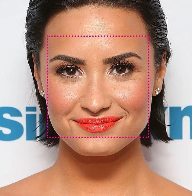 7. Yüzünüzün uzunluğu ve genişliği hemen hemen aynı, hatları ise köşeli ise Kare Yüz Şekli'ne sahipsiniz.