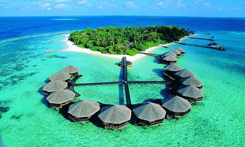 MALDİVLER  Robinson Crusoe için yalnız geçirilen zamanı 21. yüzyıl için ise lüks bir konforu temsil ediyor. Kocaman bir akvaryumda yüzermiş hissi veren berrak sularıyla Maldivler, gönlünüzü fethedecek ve bir kez gittiğinizde geri dönmek istemeyeceğiniz bir yer.  Maldivlerde hem çok lüks hem de uygun oteller bulunuyor. Kesenize göre bir tatil için müthiş bir tatil cenneti!
