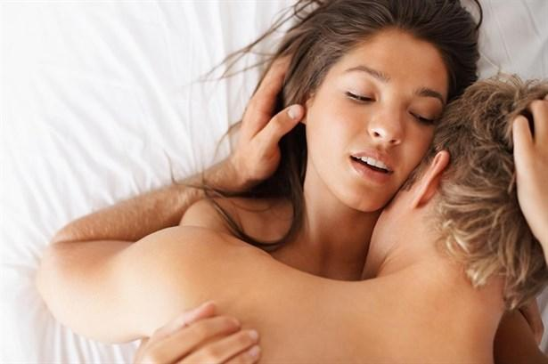 """Uyku Seksi!  Hayatta önemli olanın varılacak yer değil, oraya yapılan yolculuk olduğunu hepimiz biliyoruz. Yani sekste her zaman orgazm olmak zorunda değiliz. Önemli olan nasıl seks yaptığımız ve ne kadar zevk aldığımız! Bazı gecelerde çıktığınız ateşli seks yolculukları uyku durağında son bulabilir. Uykuyla son bulan seks girişimleri insanlar arasında kötü anılsa da seks terapistleri farklı düşünüyor.  Aile ve ilişki terapisti Meers, uykuyla son bulan seksin çiftler arasındaki sevgi bağını geliştirdiğini iddia ediyor. Meers'a göre partnerinizi arzuladığınızı hissetmeniz bile çok iyi bir şey. İlişki uzmanı Meers, çiftlere """"Seks sırasında uykunuzun geldiğini hissettiğinizde partnerinize dokunun ve onu ne kadar sevdiğinizi ve ne kadar istediğinizi söyleyin. Bu bile seks açısından çok büyük bir hareket """"diyor."""