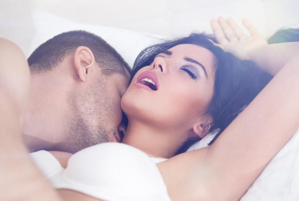 """Sınırları Zorlayan Seks!  Sevgilinizle birlikte yatakta uzanıp """"Bu yaptığımız muhteşemdi!"""" diye gevezelik edip, gülüşmek kadar güzel bir şey yok! Aile terapisti Meers, uzun süreli ilişkilerde çiftlerin bazı dönemlerde heyecan eksikliği yaşadığını ve bu durumu nasıl düzelteceklerini bilmediklerini söylüyor.  Bu durumu aşmanın tek yolunun partnerlerin kendileri etrafında yarattıkları güvenli alanın dışına çıkma cesaretini gösterebilmeleri. Eğer güvenli bölgenizin dışına çıkma cesaretini gösterip, sınırlarınızı zorlarsanız seks hayatınızı iyileştirmekle kalmayacak partnerinizle aranızdaki güven duygusunu da geliştireceksiniz. Yeni şeyler denemekten çekinmeyin. Yatak odanızda güvenlik şeridini aşın ve partnerinizle heyecanlı maceralara atılın!"""