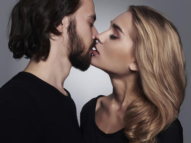 """İlişkiyi Sürdürme Seksi!  Kabul edelim ki yatak odasına her gittiğimizde ayaklarımızı yerden kesen duygular yaşamıyoruz. Bazen partnerinizle sıradan bir seks yaşayabilirsiniz. Bu hiç de muhteşem geçmeyen seks seansları özellikle uzun süreli birlikteliklerin en büyük sırrı.  Seks ve ilişki terapisti Clayton, """"Seks çiftlerin başkalarını dâhil etmeden yaptıkları tek aktivite. Bu partnerler arasındaki bağı eşsiz ve güçlü kılıyor"""" diyor. Sıradan bir seksin gücünü asla küçümsemeyin. Partnerinizle aranızdaki bağı geliştiren sıradan seks stres atmak, fazla kalorileri harcamak ve kendinizi iyi hissettirmek gibi birçok faydaya da sahip!"""