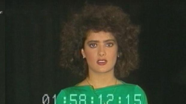 İLK DENEME ÇEKİMİNDEN  Günümüzün en ünlü sinema yıldızlarından birinin tam 30 yıl önce çekilen ilk prova görüntüleri ortaya çıktı.   Meksikalı oyuncu Salma Hayek'in henüz 20 yaşındayken yapılan deneme çekimi görüntüleri Despierta America adlı sabah programında ekrana geldi. Üzerinde yeşil bir tişört ve dönemin modasına uygun yüksek belli bir pantolon bulunan Hayek, kısa, kıvırcık ve kabarık saçlarıyla kamera karşısında oyunculuk yeteneklerini sergilemeye çalışırken görülüyor videoda. Hayek'in ağır göz ve dudak makyajı da yaptığı video 45 saniye sürüyor.