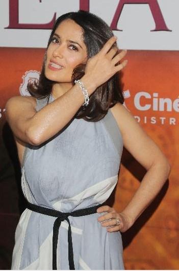 Salma Hayek, bugün 49 yaşında ve sinema dünyasının en çok kazanan yıldızlarından biri.
