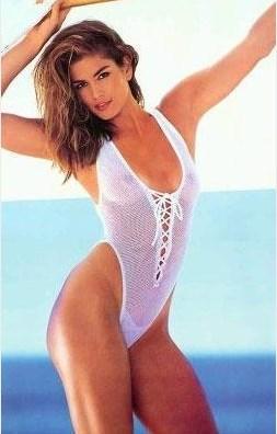 Dönemin en gözde modellerinden Cindy Crawford.