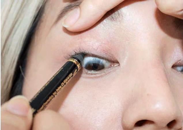 Eyeliner çekmek zor ve zahmetli mi geliyor, sıkıntı yok! Sen de gözlerini kalemle belirginleştir.