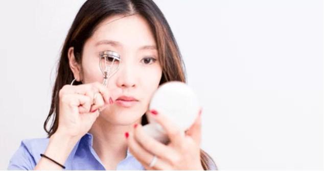 Bakışlarınızı daha etkili hale getirmek için, dilerseniz kirpik kıvrıştırıcısından da yardım alabilirsiniz.