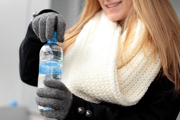 """Kışın yapılan hataların başında su tüketimini azaltmak gelir. Havaların soğumasıyla oluşan halsizlik, yorgunluk, üşüme sizi çay, kahve veya bitki çaylarını daha fazla tüketmeye itebilir. Bu nedenle gün boyu oluşan susama hissimiz azalır, su tüketme gereği hissetmeyiz ve sıcak yaz günlerine göre çok daha az miktarda su tüketiriz. Fakat daha az ihtiyaç hissetsek bile vücudumuz aynı ihtiyaçlarına ve su kaybetmeye devam eder. Bu yüzden susamadan su tüketmek özellikle kış ayları için çok önemlidir.  Günlük rutinlerimizin arasında bir çoğumuz ihtiyacımız olan 2-3 lt suyu tüketmeyi ihmal ederiz ve yeterli miktarda su tüketmeyiz. Vücudumuzun ihtiyacını karşılayacak yeteli miktarda su tüketmek organ fonksiyonlarımızın düzenlenmesinin yanısıra vücuttan toksinlerin atılmasına yardımcı olur, cildin hidrasyonunu korur ve genel olarak kendimizi daha iyi hissetmemizi sağlar. Ayrıca vücudumuzun iyi bir şekilde hidrate olması metabolizmamızı da hızlandıracağından dolayı, kilo vermeyi hızlandıran en kolay yollardan biridir.  Beslenme ve Diyet Uzmanı MERVE TIĞLI ÇINAR  <a href=  http://saglik.mahmure.com/diyet-fitness/Su-icerek-zayiflamanin-yollari_1078705 style=""""color:red; font:bold 11pt arial; text-decoration:none;""""  target=""""_blank""""> Su İçerek Zayıflamanın  Yolları"""
