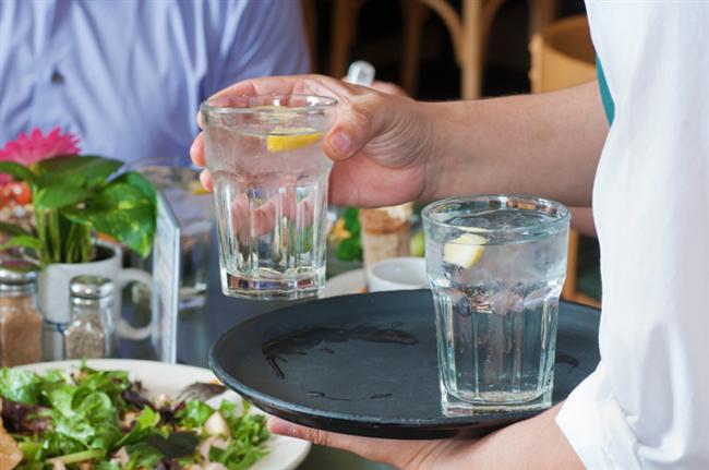 Cüzdanınızı düşünün: Restoranlarda sadece su sipariş edeceğiniz üzerine anlaşma yapın, böylece hem nakitten hemde kaloriden kar edersiniz. Çoğu restoran zaten filtreleme sistemi kullanıyor büyük ihtimalle bir bardak su için ödeme yapmak zorunda kalmazsınız.